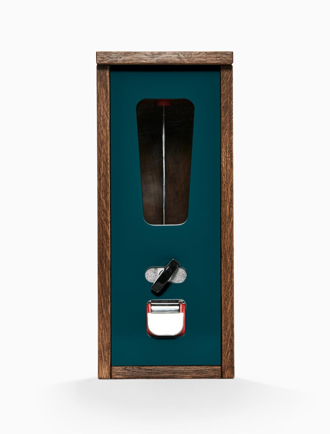 Käues-Automat mit dunklem Holzkorpus und ozeanblauer Frontplatte