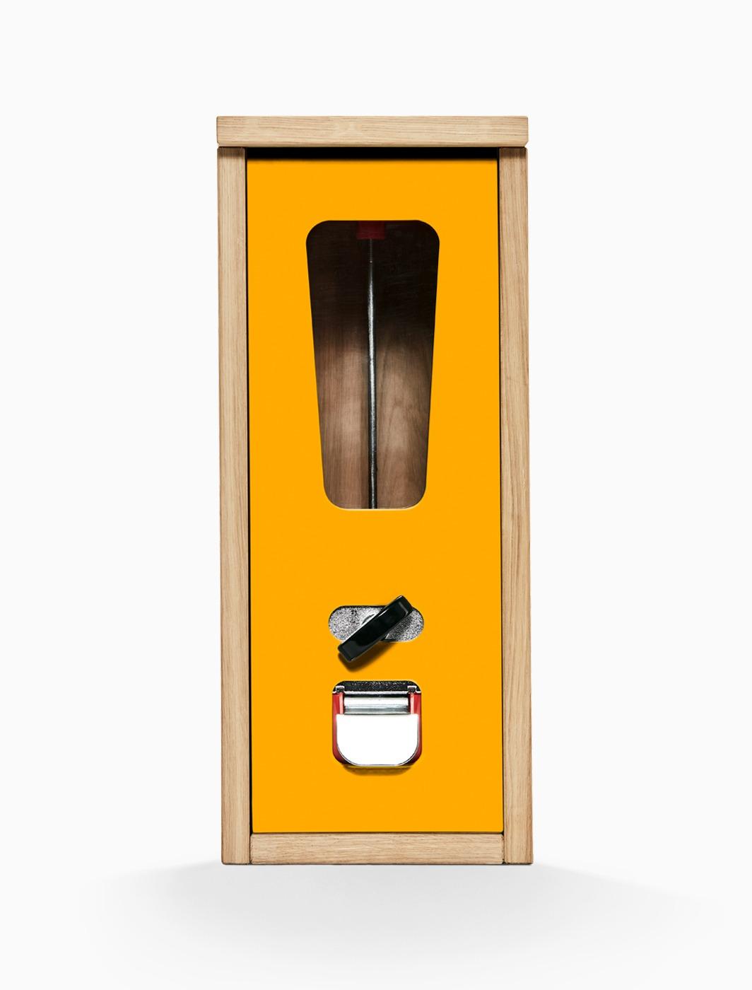 Käues-Automat mit hellem Holzkorpus und orangefarbener Frontplatte